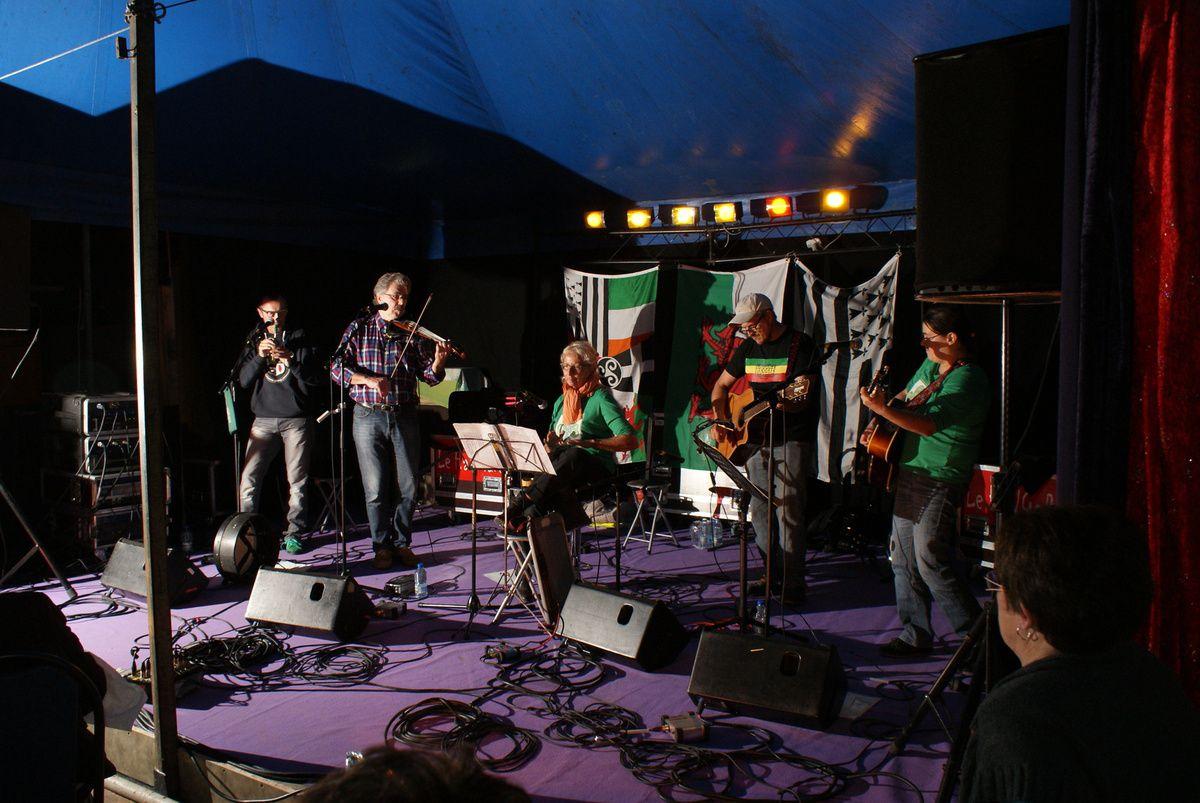 Les Zirish / Musiques celtiques et chants avec Emir (violon, bodhran) - Bruno (harmonicas, whistles, bodhran, guitare dadgad), Véronique (chant, percussions), Philippe (guitare, basse, banjo) et Stéphanie (guitare, chant, banjo)