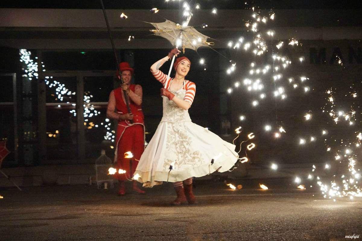 Ce spectacle autour de l'amour est du feu a été conçu au départ être présenté sur un sol enneigé comme vous pourrez le voir sur vidéo