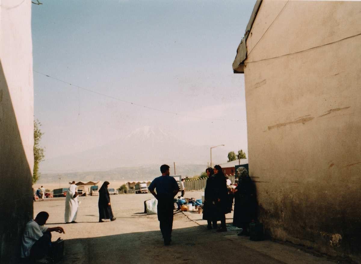 Douane Turco/Iranienne à Dogubayazid. La tempête de vent d'hier à laissé beaucoup de sable en suspension et on ne devine même pas les Ararat dans le lointain.