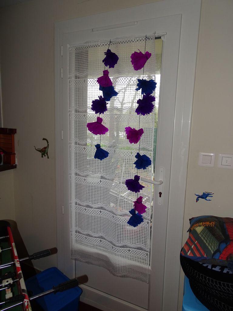 Une décoration de rideaux en fleurs en papier crépon