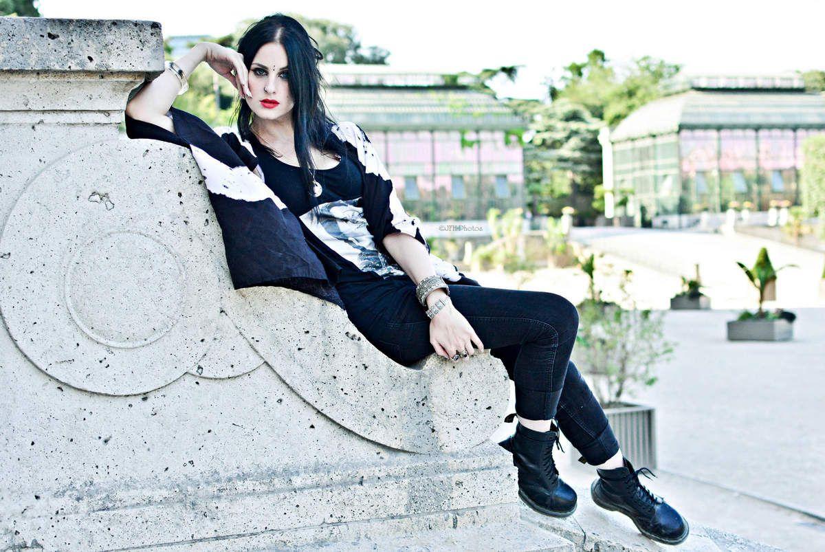 Kimono: cndirect.com, Lunettes: ?, Jeans: Camaieu, Bottes: Dr Martens, Top: Custom, Bijoux: Woven Oak et Alchemy Gothic