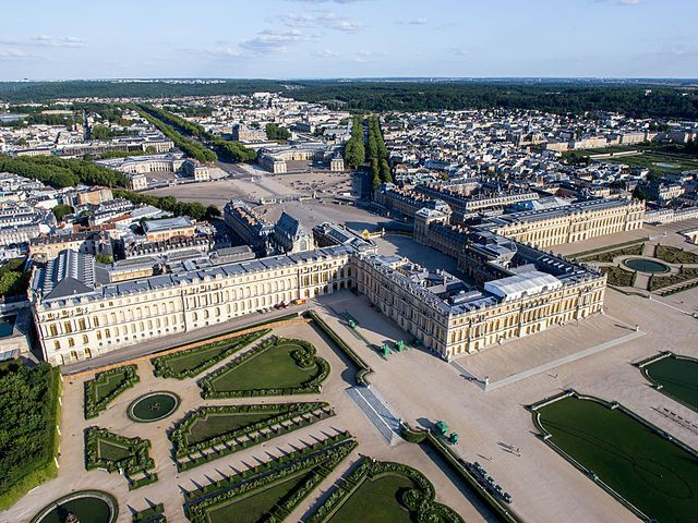 « Vue aérienne du domaine de Versailles par ToucanWings - Creative Commons By Sa 3.0 - 083 » par ToucanWings — Travail personnel. Sous licence CC BY-SA 3.0 via Wikimedia Commons - https://commons.wikimedia.org/wiki/File:Vue_a%C3%A9rienne_du_domaine_de_Versailles_par_ToucanWings_-_Creative_Commons_By_Sa_3.0_-_083.jpg#/media/File:Vue_a%C3%A9rienne_du_domaine_de_Versailles_par_ToucanWings_-_Creative_Commons_By_Sa_3.0_-_083.jpg
