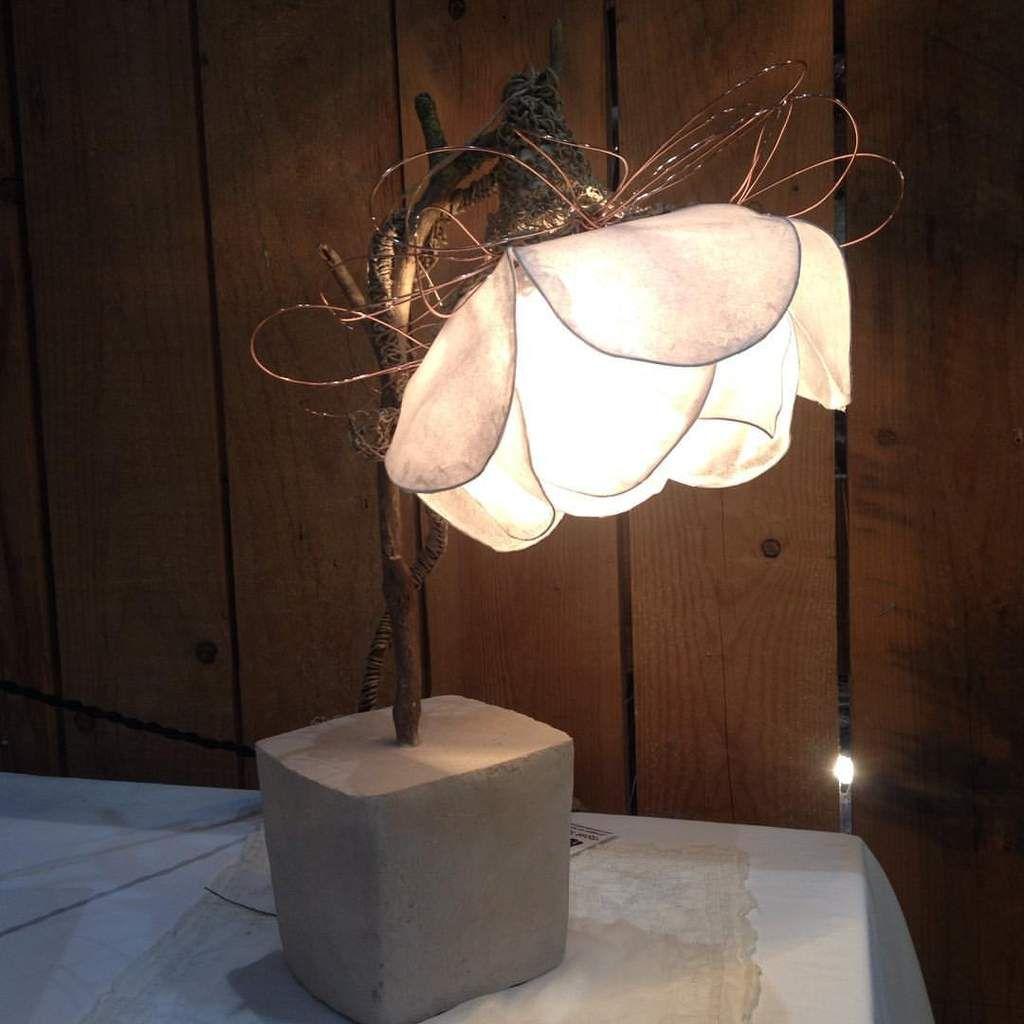 Fleur lumineuse upcyclée Béton, Bois, Papier, Métal et fil de cuivre