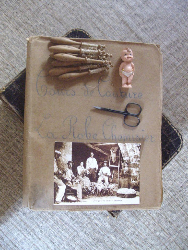 cahier de couture, fuseaux de dentellière, poupon, ciseaux, carte décoconage