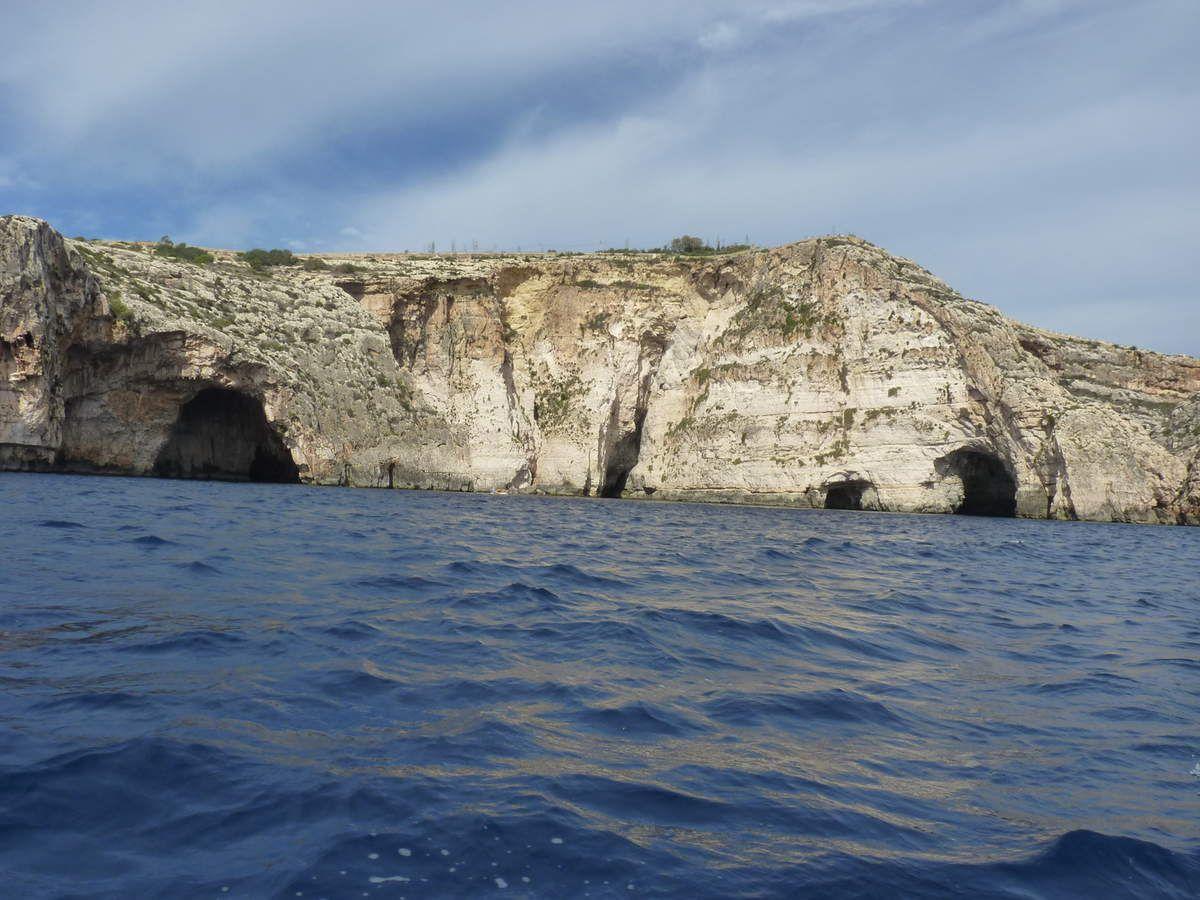Quelques images de la mer: La grotte bleue puis un site préhistorique: