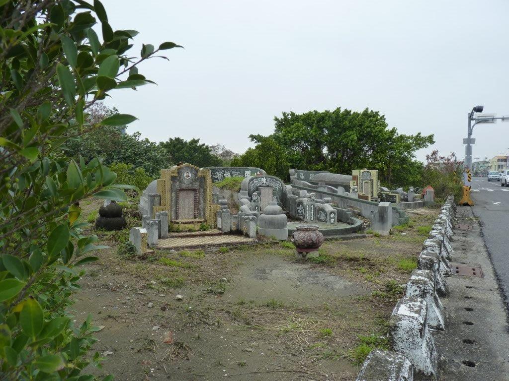 quelques Km à pied pour aller à la mer, au bord de la route ce joli petit cimetière