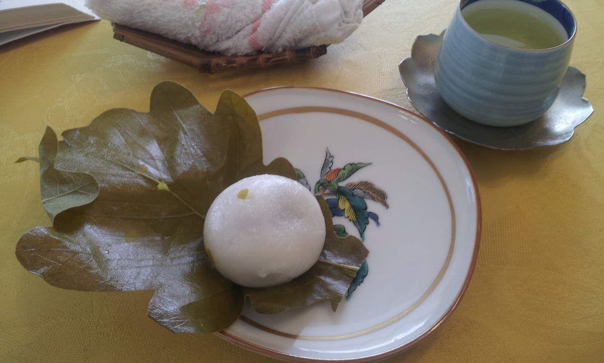Le kashitsu mochi et le thé.