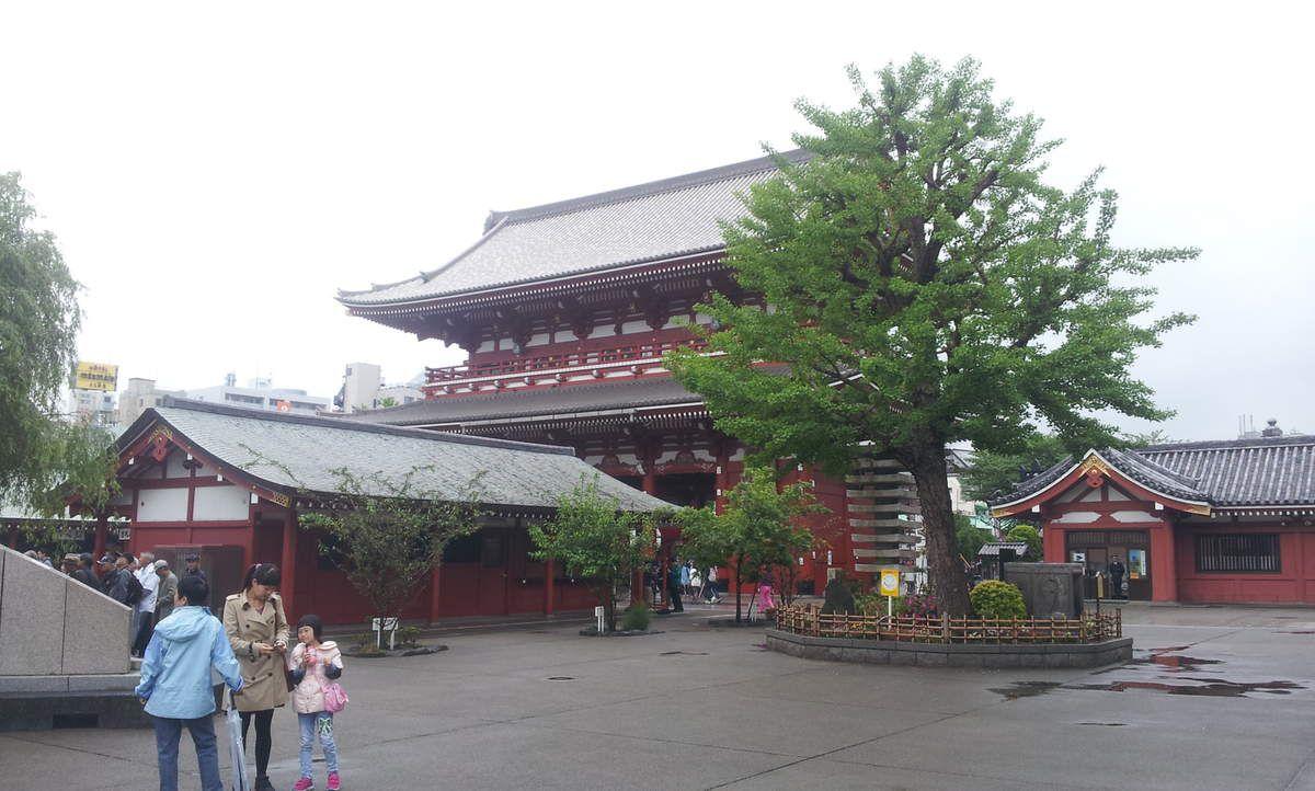 La porte Kaminarimon, la Nakamise-dori (allée marchande), la porte Hozomon, le temple Senso-ji, la pagode à 5 étages et des vues diverses.