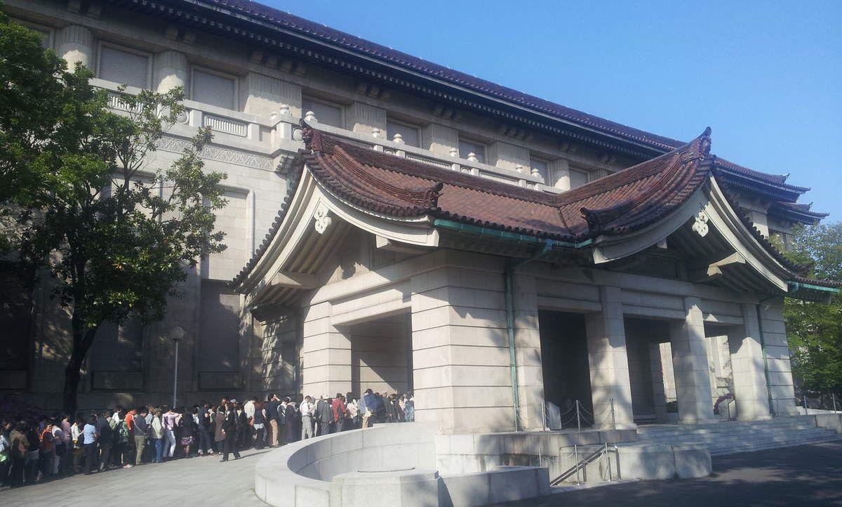 Le musée national. La longue file d'attente est pour une expo temporaire que j'ai choisi de ne pas voir. J'ai bien fait. Le bâtiment moderne abrite de très belle manière le trésor du Horyu-ji.