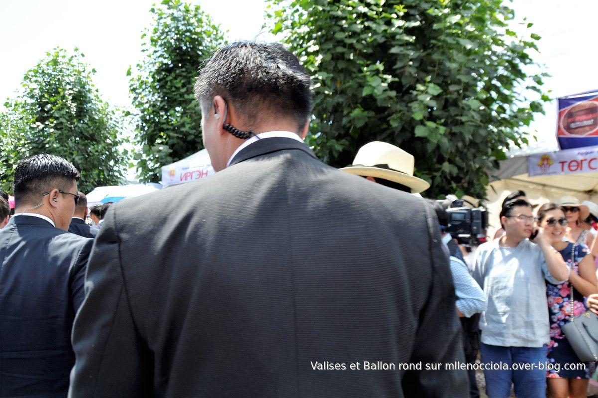 Passage du président mongol Khaltmaa Battulga, à travers la foule, escorté par ses gorilles.