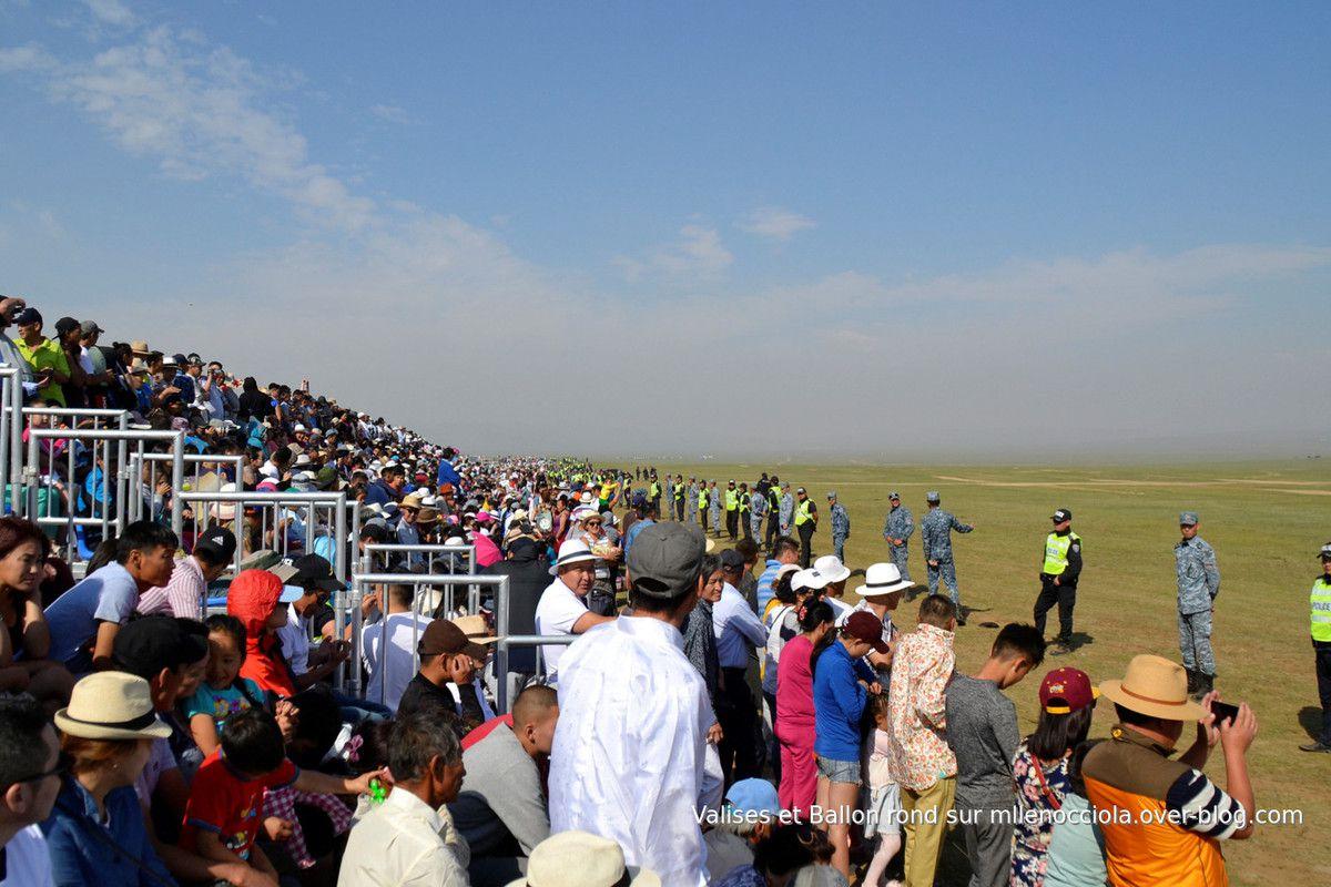 Les concurrents se dirigent vers la ligne de départ de cette course de 26 km.
