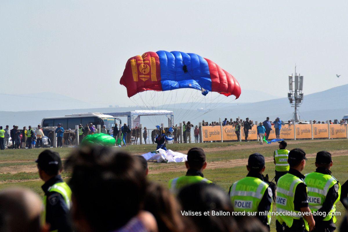 On attendra près 1h30 de voir revenir les cavaliers et leurs montures, alors on nous distrait avec des lâchers de parachutistes et des acrobatises à cheval.