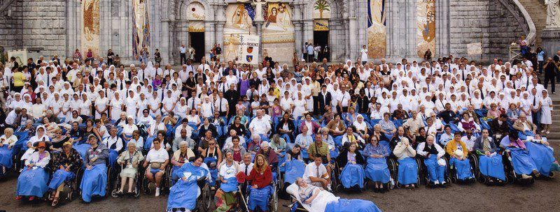 Les pèlerins de l'Hospitalité Sainte Marthe devant la chapelle du Rosaire à Lourdes en 2010