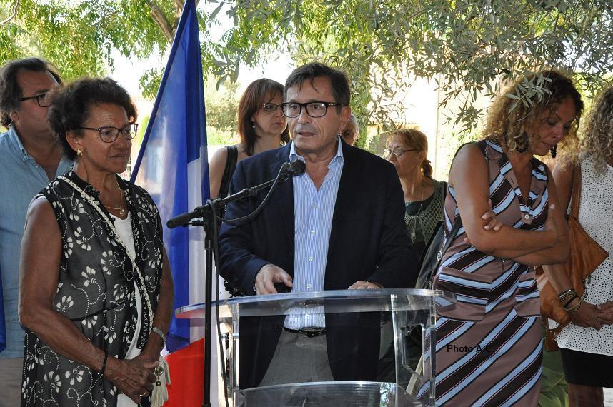 Discours de Jean-Sébastien Vialatte, député-maire entouré de la famille de Pierre Reymonenq