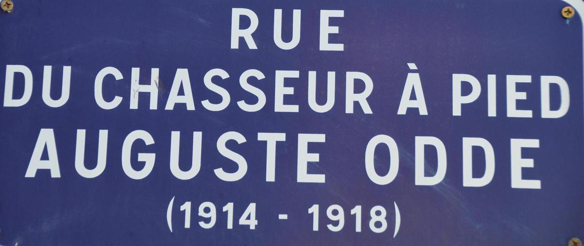 Le jeune six-fournais et chasseur alpin Auguste Odde fût injustement fusillé lors de la première guerre mondiale. Sa mémoire fût  réhabilité quatre ans plus tard