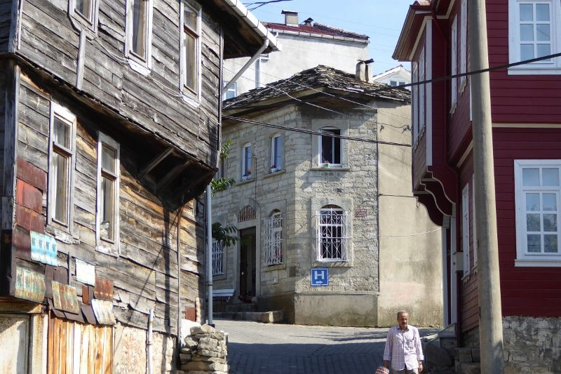 la cpote, le port, le marché, une rue , anciennes maisons