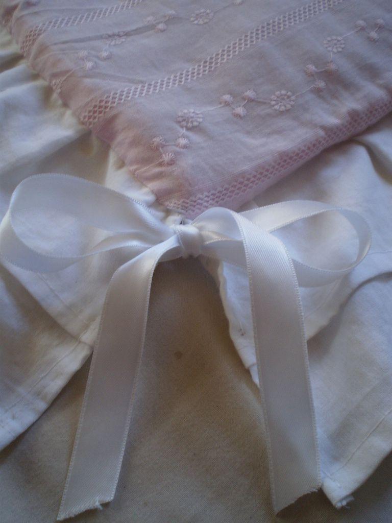 Détail d'un des appliqué coeur, boutons coeur et détail des différents tissus utilisés pour l'ouvrage, volants doubles et noeud de satin appliqué à chaque angle de la pièce. Et enfin, vue d'ensemble de la jeté de lit