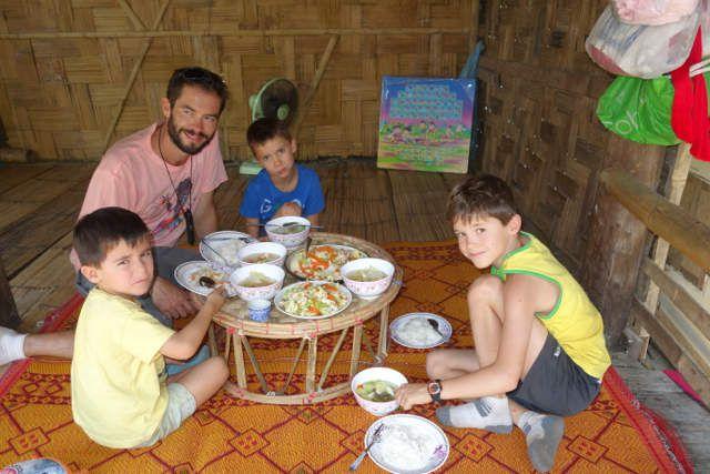 Déjeuner dans le village Karen