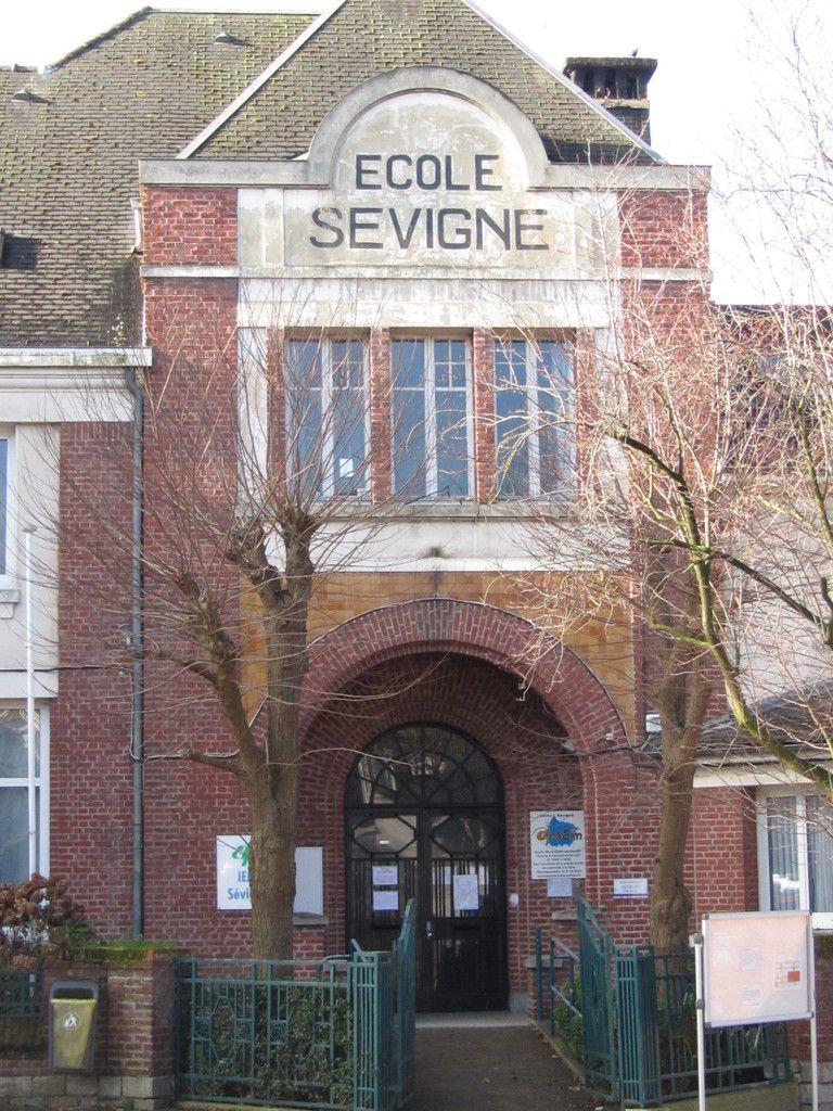 L'école Sévigné se dresse à quelques mètres du beffroi