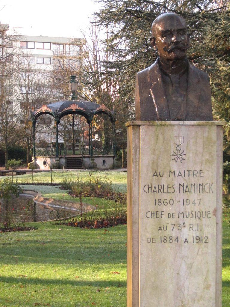 un buste incontournable à l'entrée du jardin