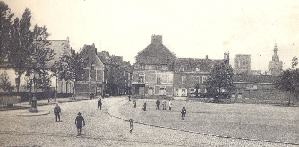 La place de Lille, derrière le beffroi, fin 19ème siècle
