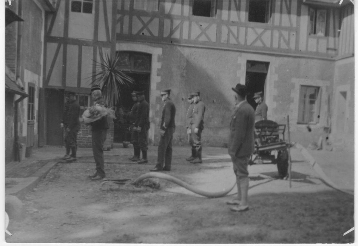 Joseph Simon du Perron décédé en 1942 à l'âge de 68 ans apparaît de dos en premier plan sur cette cérémonie ayant lieu dans la cour des communs du chateau