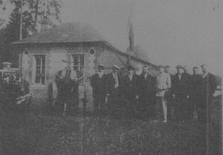 Le Conseil Municipal de 1935 à côté de la pompe à bras