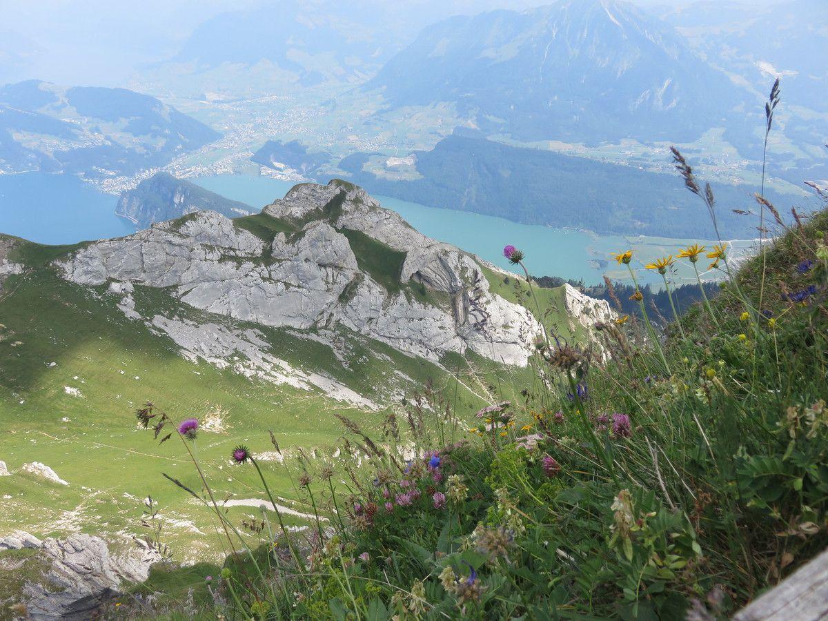 """Pause de midi au Sempacher See, """"Espresso and charge"""" chez EVTEC à Kriens, ascension du Pilatus, Luzern (2200 m d'altitude) avec 2 téléphériques, panorama vu du haut, Hotel Schlüssel Alpnach (recharge, terrasse et village)"""