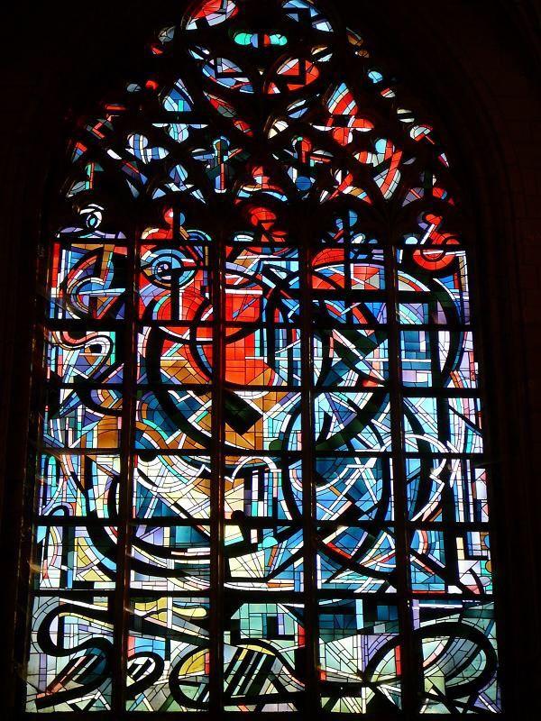 Vierge d'Espérance, un des vitrail de la Basilique