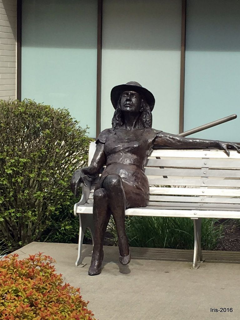 Statues dans Kirkland  : Betty Lou (1994) et First romance (1992)