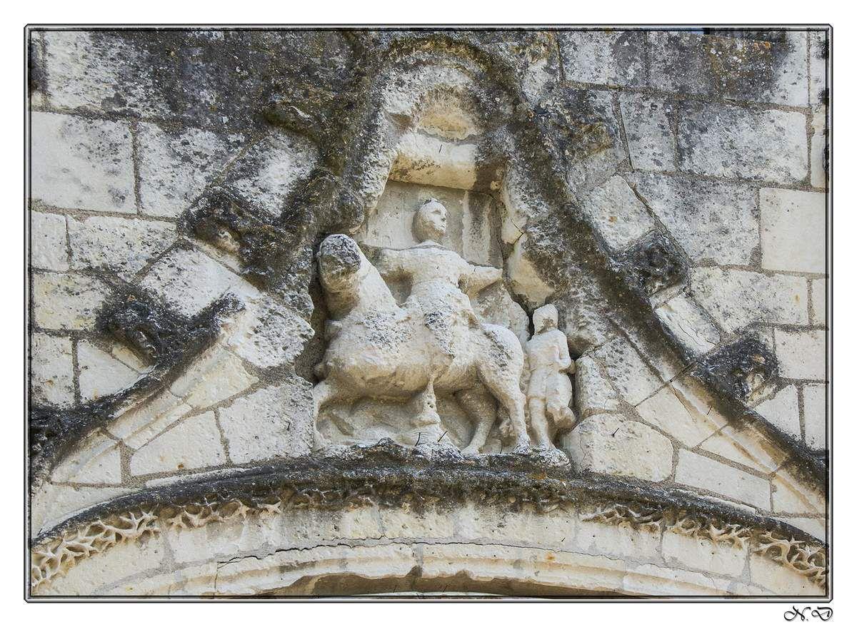 De l'extérieur, l'église Saint Martin de Luché est un imposant édifice de tuffeau calcaire blanc, dont les façades étoffées par de gros contreforts, sont ornées de gargouilles  et de modillons sculptés.