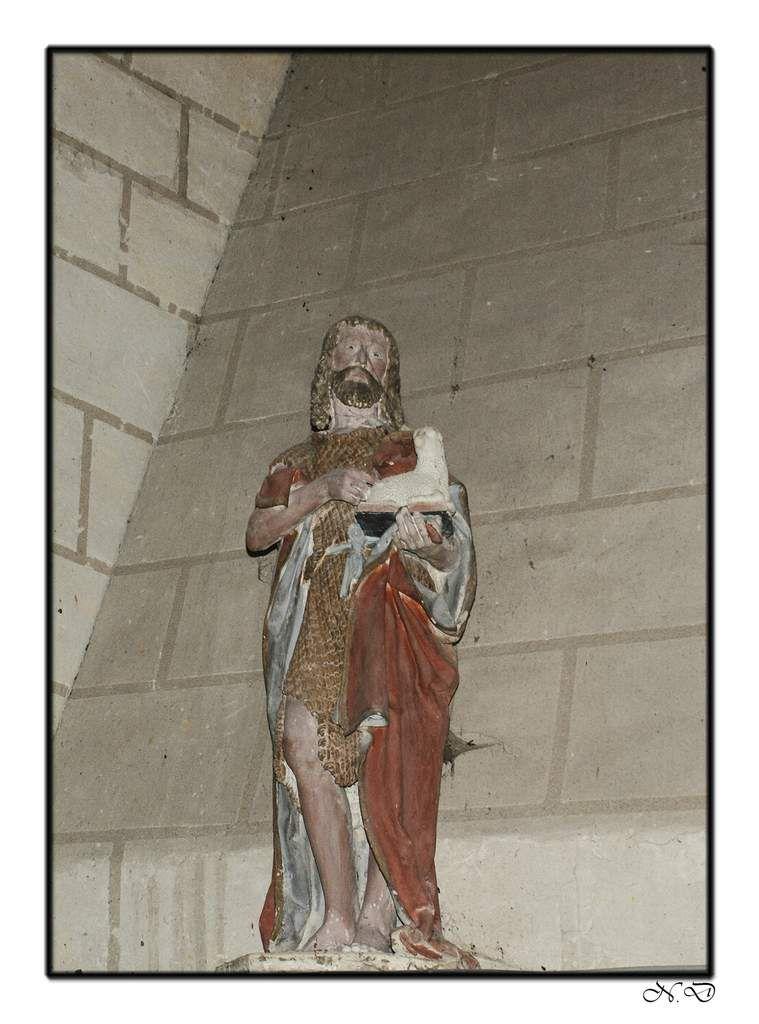 A l'intérieur de l'église, une fois passé le porche d'entrée et sa belle représentation de Saint Martin à cheval, nous accédons à la nef, bordée de piliers ronds blancs aux chapiteaux sculptés, de belles voutes et clefs de voutes du XVIème siècle ornent le plafond, de style gothique Angevin, les vitraux sont attribués aux ateliers Ludois Fialeix et datent du dernier quart du XIXème siècle, et de belles représentations en terre cuite, spécialité Sarthoise.