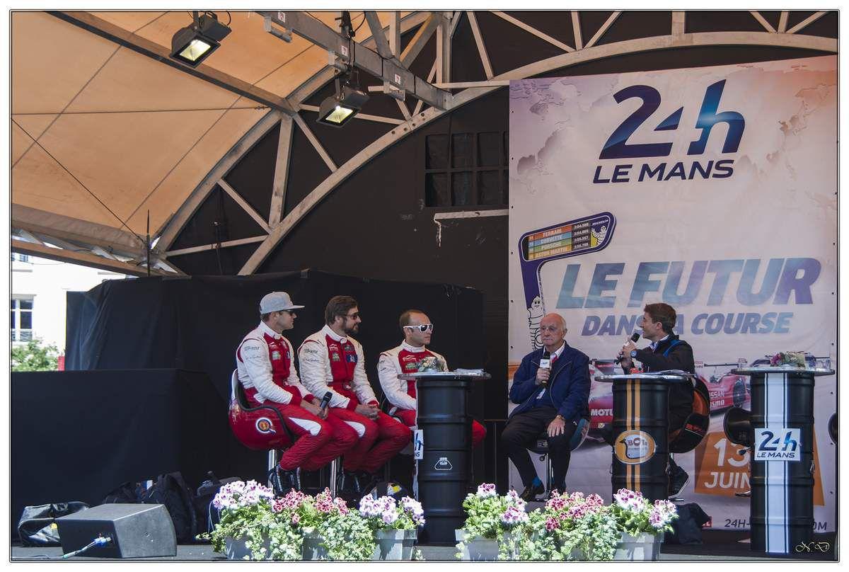 Le pesage se déroule deux semaines avant les 24 Heures du Mans, Place de la République, en plein centre-ville du Mans.