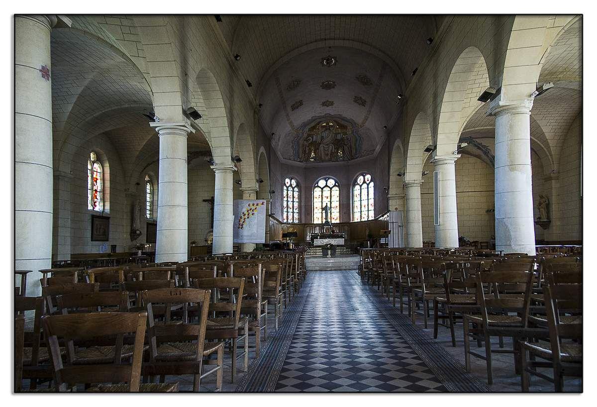 Elle est dotée d'un orgue en bois de 1850 restauré à la fin du XXè siècle et de vitraux sur la vie de Saint-Sulpice du maître verrier François Fialeix.