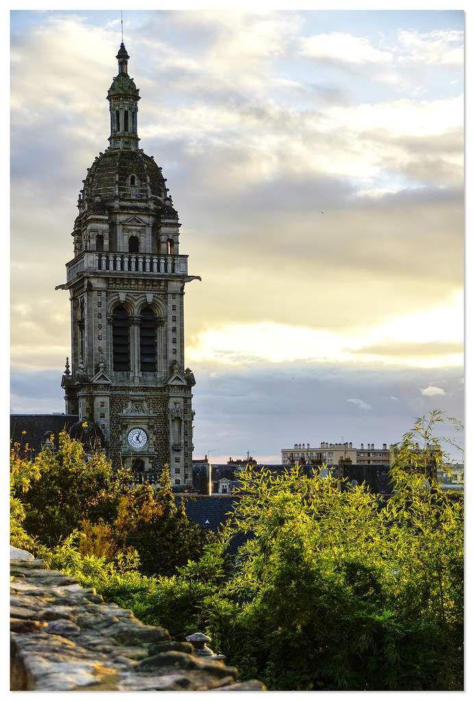 Sur la gauche le clocher de L'église Saint-Benoît.