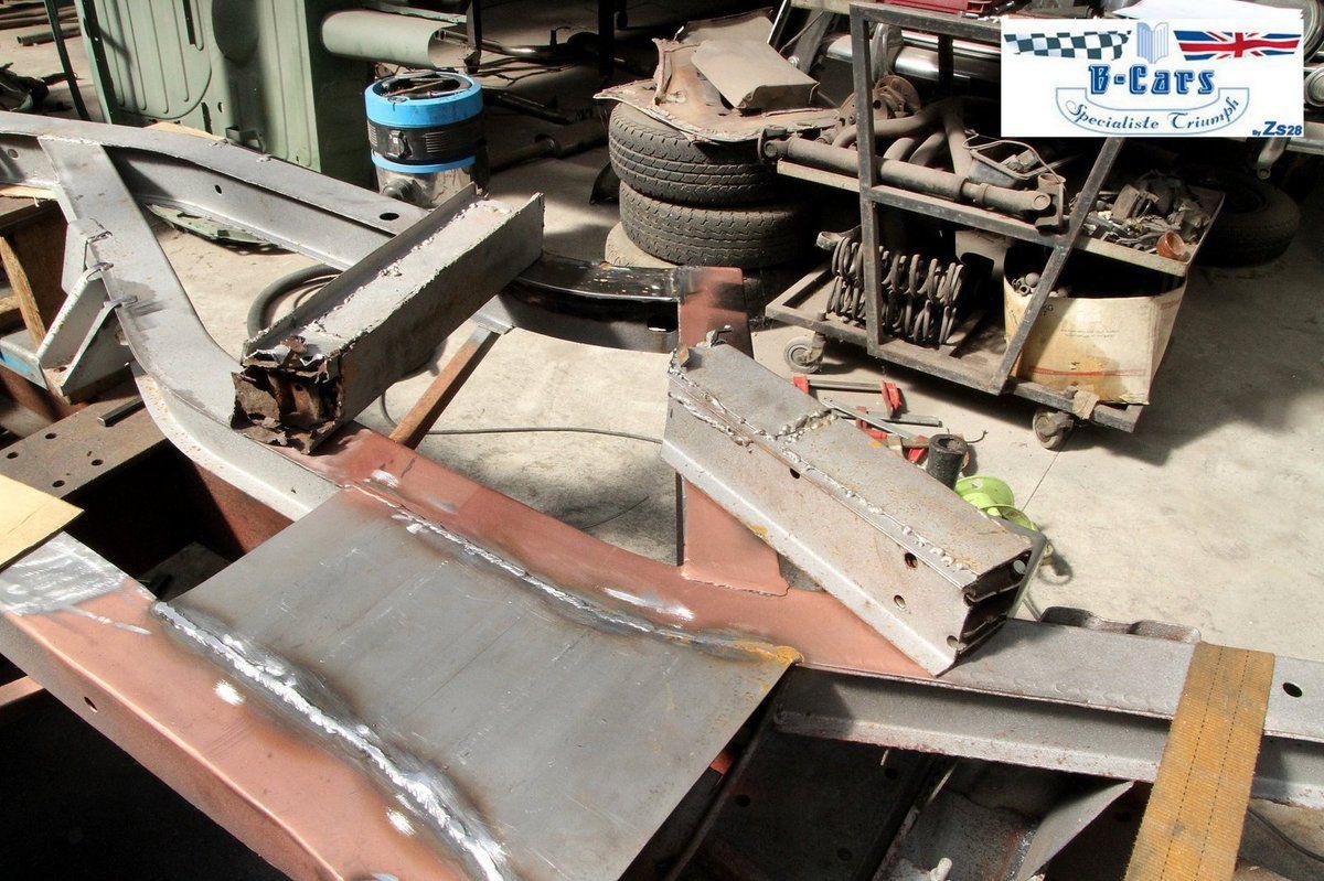 Châssis de TR6 en pleine rénovation avec les parties de l'ancien rafistolées .. et qui ont fini par pourrir.