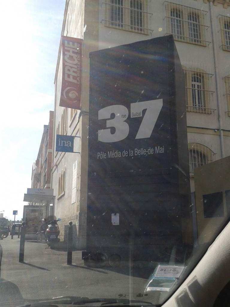 """Pas question de quitter Marseille sans un petit clin d'oeil à Plus Belle La Vie en passant devant les studios de """"la belle de mai""""... on traverse des quartiers bien pourris avant d'y arriver, ce n'est ni beau ni clinquant, un grand hangar avec juste le numéro, un portail et un gardien.. et pas de fans en observation !!!"""