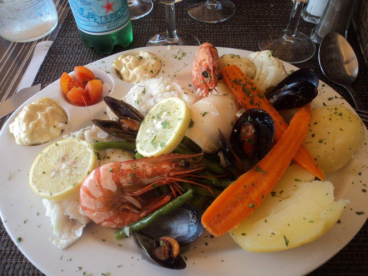 Un aïoli sur le port de Cassis... il fait un temps merveilleux, c'est l'été, on est loin de tout....