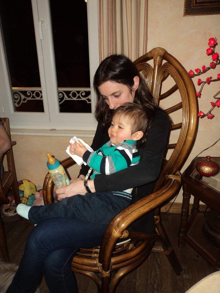 Bébé sourire et son biberon !!! Il n'aime plus guère, il préfère manger comme un grand !