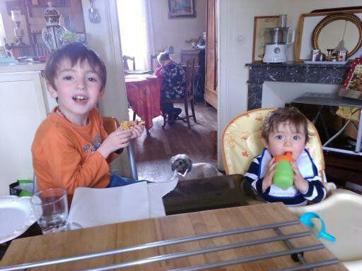 Dimanche après midi, Oscar a voulu des crêpes, c'est lui qui pèse la farine et qui met les ingrédients dans le Thermomix. C'est la joie.