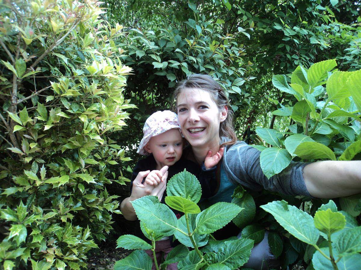 Dans le joli jardin il y a des petits passages desquels on voit apparaître deux jolies filles !!!!