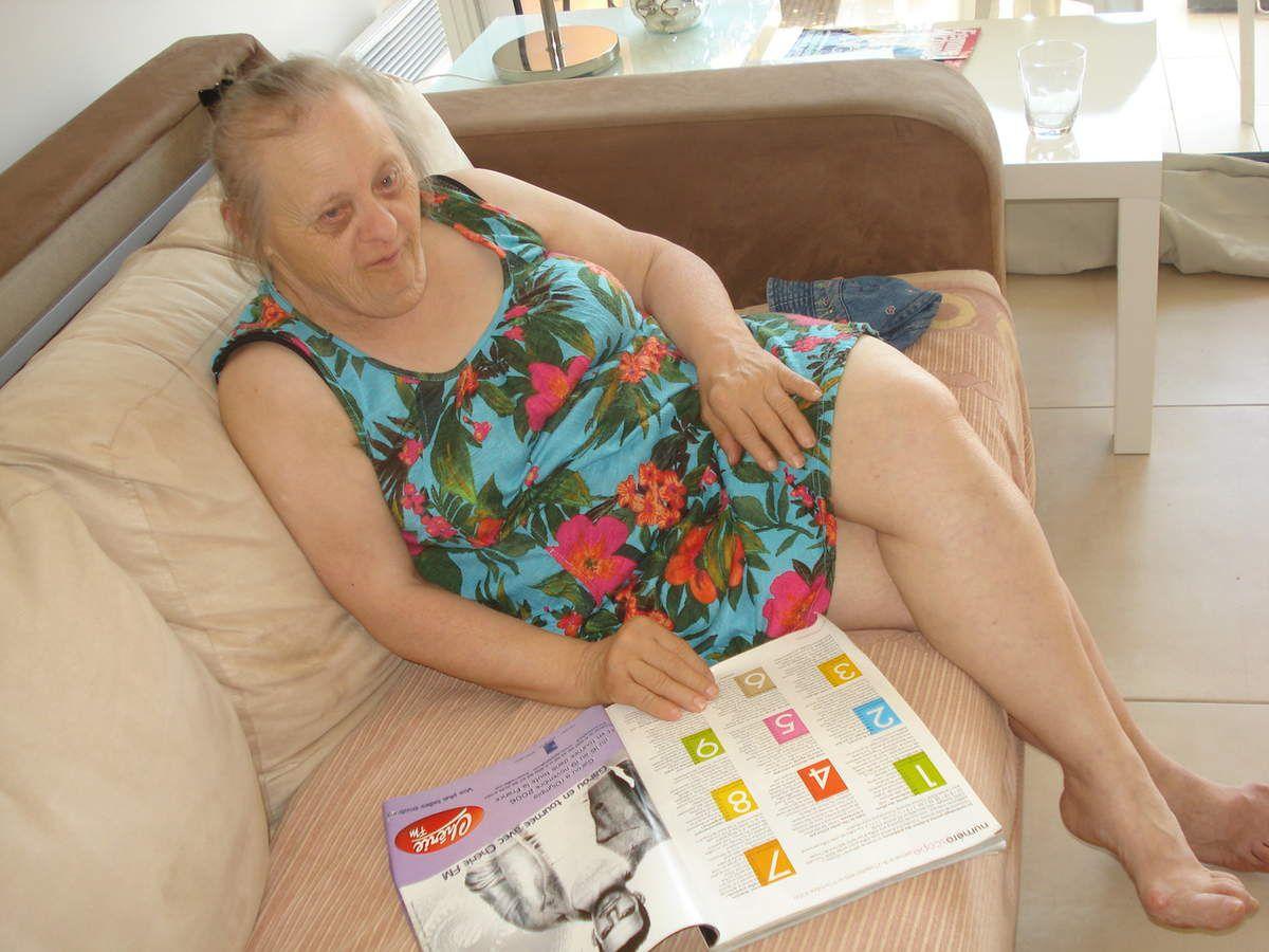 Josiane préfère lire ses magazines que d'aller à la plage... elle ne veut même pas regarder la mer depuis le balcon
