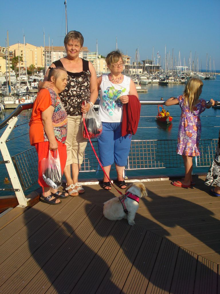 Balade sur le port de Fréjus, mais on ne va pas plus loin, Josiane bloque sur la passerelle !!