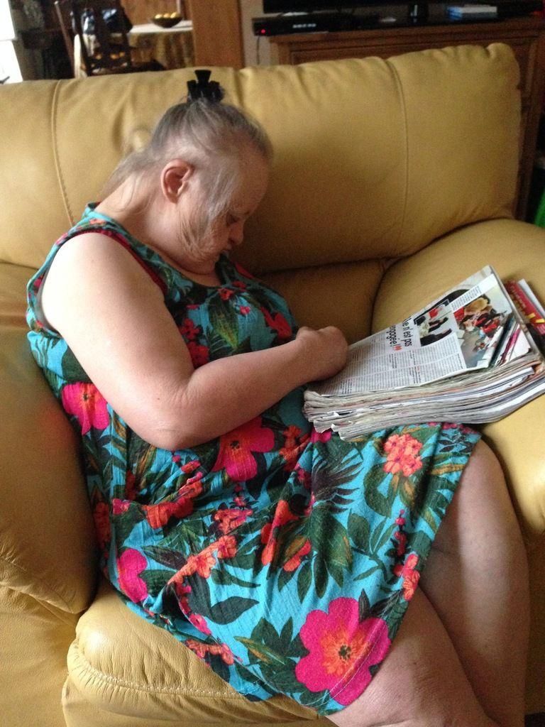 Et voilà !! le lendemain, elle dort sur ses livres !! normal, couchée à trois heures !!!
