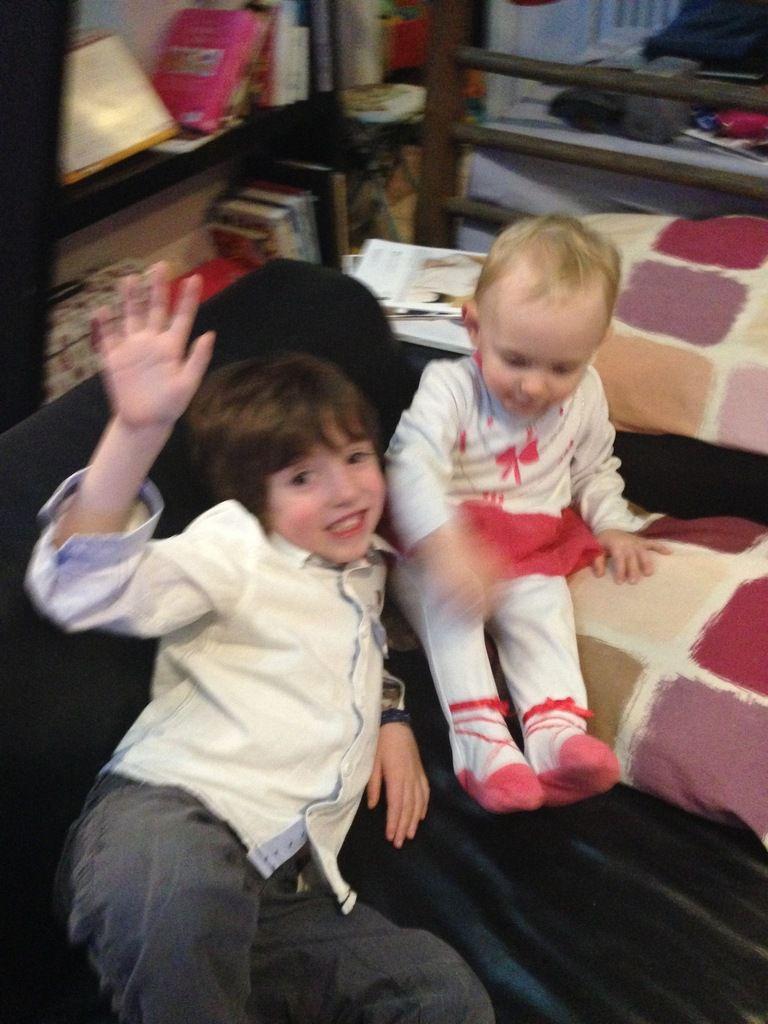 Alice est toujours très admirative de son grand cousin !