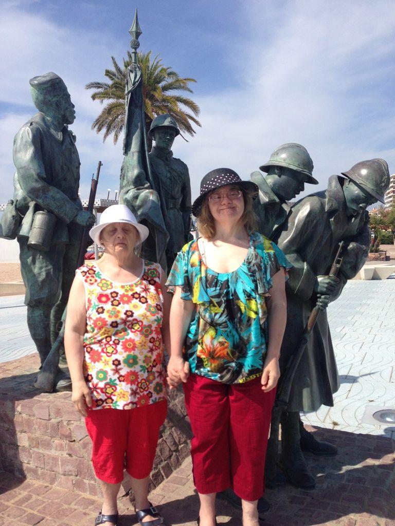 On intègre les filles à la statue des combattants ! lol