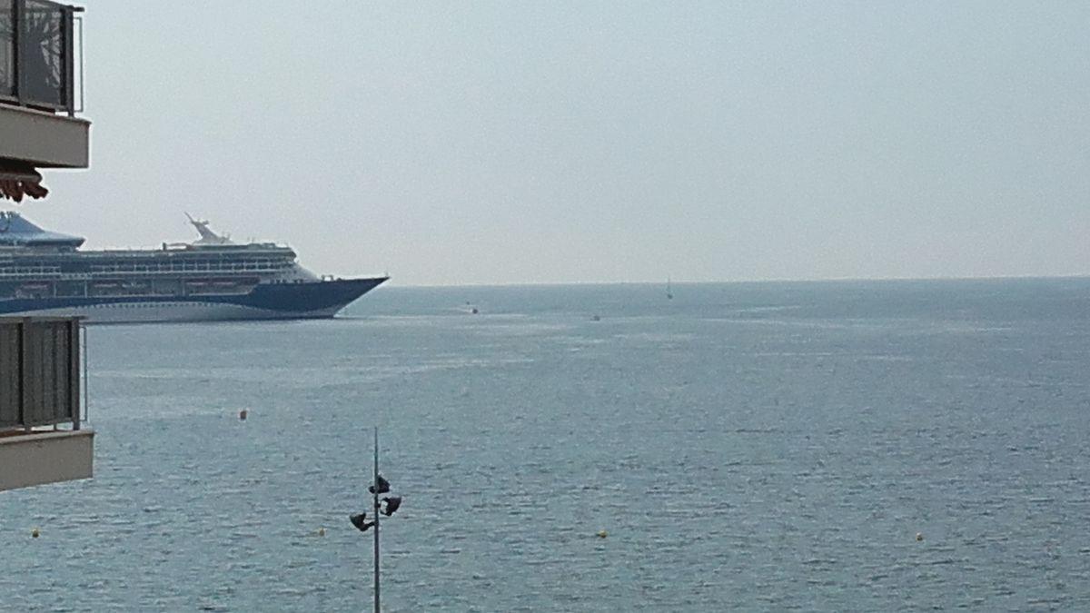 La vue change en fonction de l'activité sur la mer... ici un bateau de croisière...