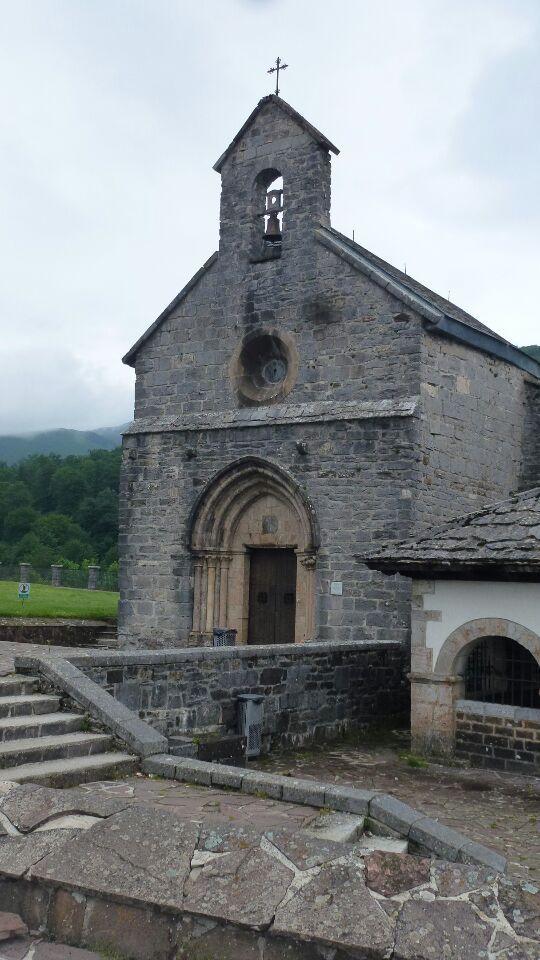 Roncevaux : la collégiale, église et crypte, Roland et son cheval à terre