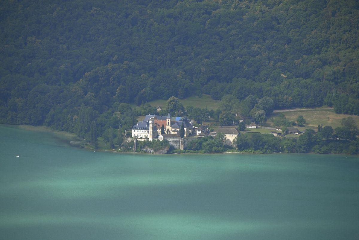 L'abbaye vue d'en face des rives du lac.