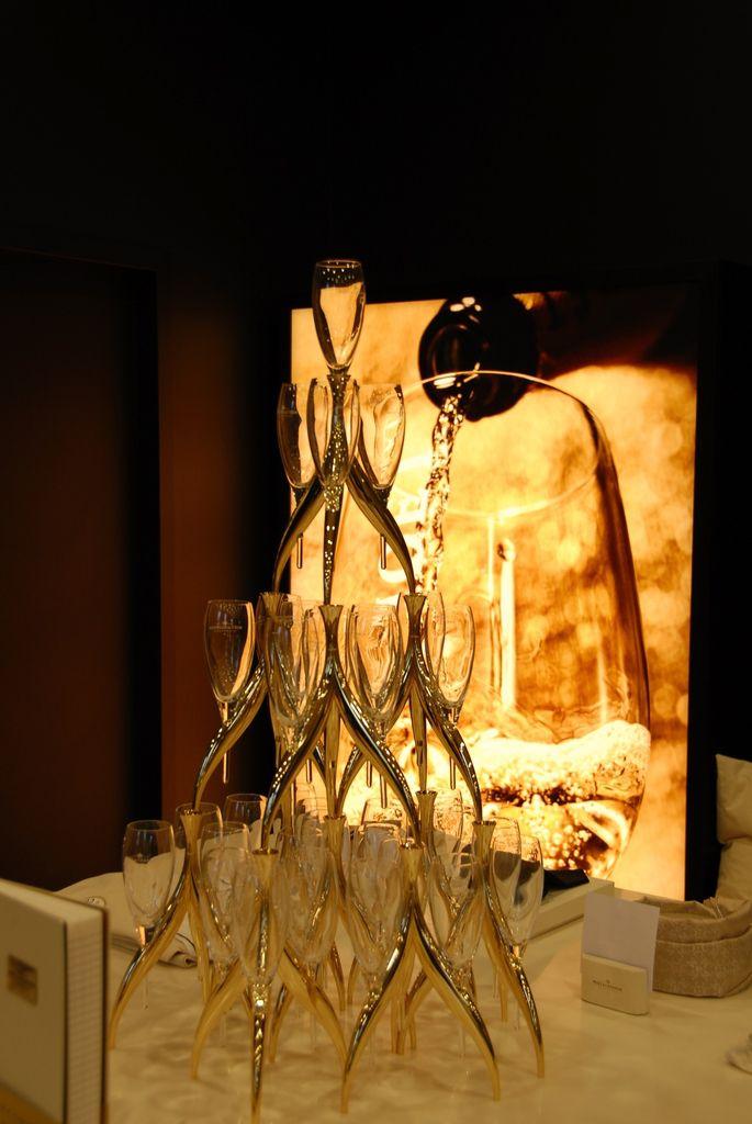 Pyramide de flutes de champagne.